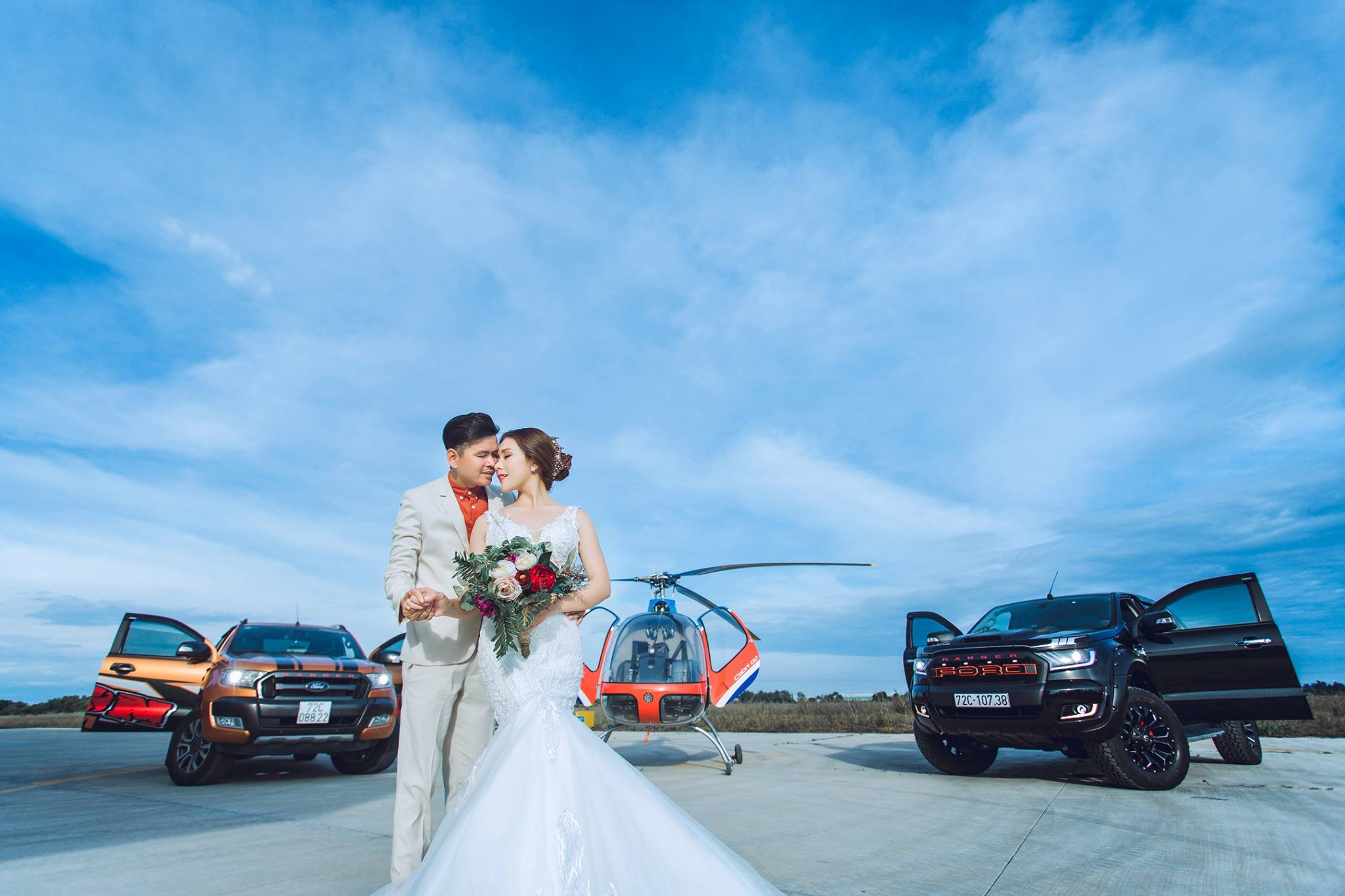 Hình cưới với trực thăng Cabri G2 - hiện đại nhưng không kém phần lãng mạn - do Áo cưới Tú Trinh thực hiện.