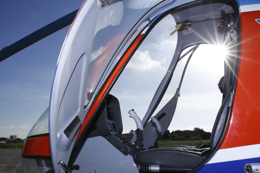 Buồng lái với khung kính rộng, cabin 02 chỗ ngồi dành cho phi công và hành khách là điều kiện hết sức lý tưởng cho hoạt động bay huấn luyện, bay ngắm cảnh thưởng ngoạn cảnh đẹp từ trên cao. Ngắm cảnh với Cabri G2 đem lại cho bạn cảm giác rất CHẤT.